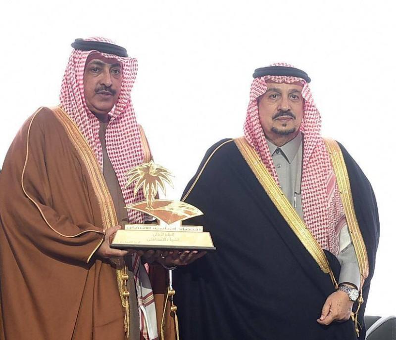 أمير منطقة الرياض الأمير فيصل بن بندر مكرماً البنك الأهلي