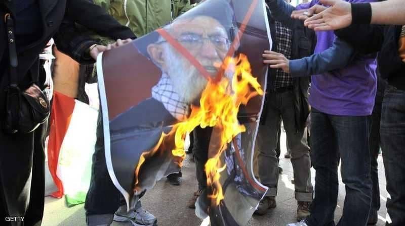 إحراق صور خامنئي من قبل المحتجين في إيران. صورة متداولة
