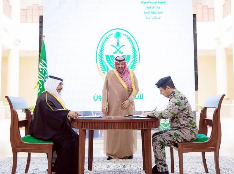 أمير الباحة خلال رعايته توقيع الاتفاقية.