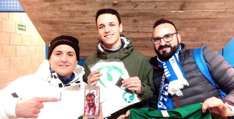 الشاب الإسباني أنطونيو -مع زملائه- يستعرض صورة مالك فريق ألميريا تركي آل الشيخ.