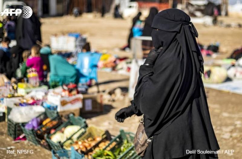 داعشيات في مخيم الهول شمال سورية. (أ. ف. ب)