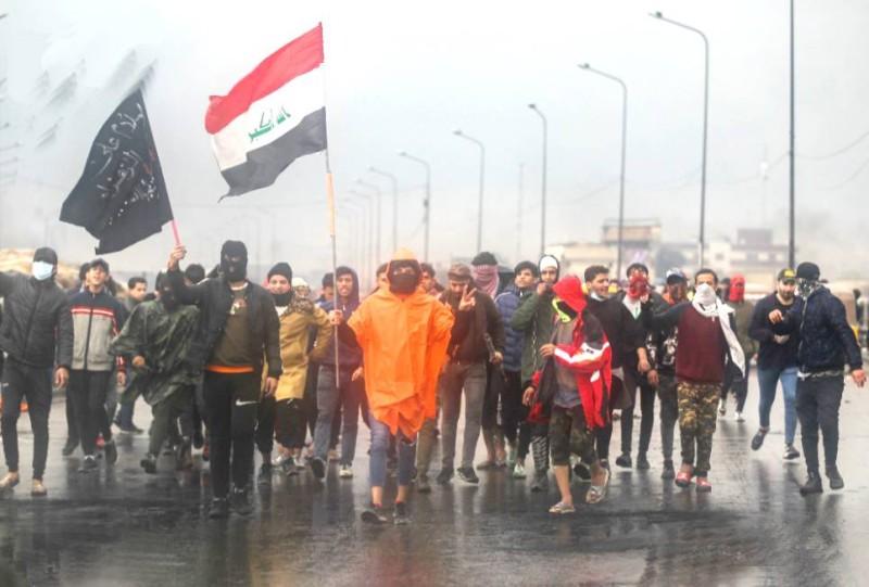 مظاهرات غاضبة في البصرة جراء اغتيال مسلحين لناشطة. (أ.ف.ب)