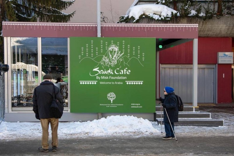 لافتة «المقهى السعودي» على هامش «منتدى دافوس»