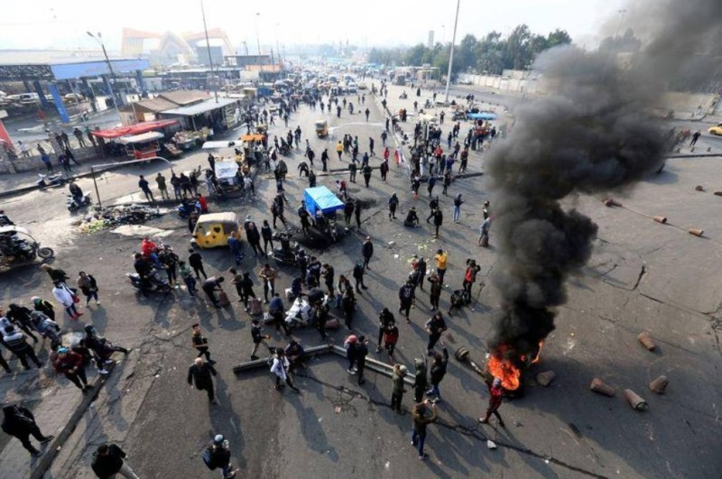 متظاهرون عراقيون في بغداد (رويترز)