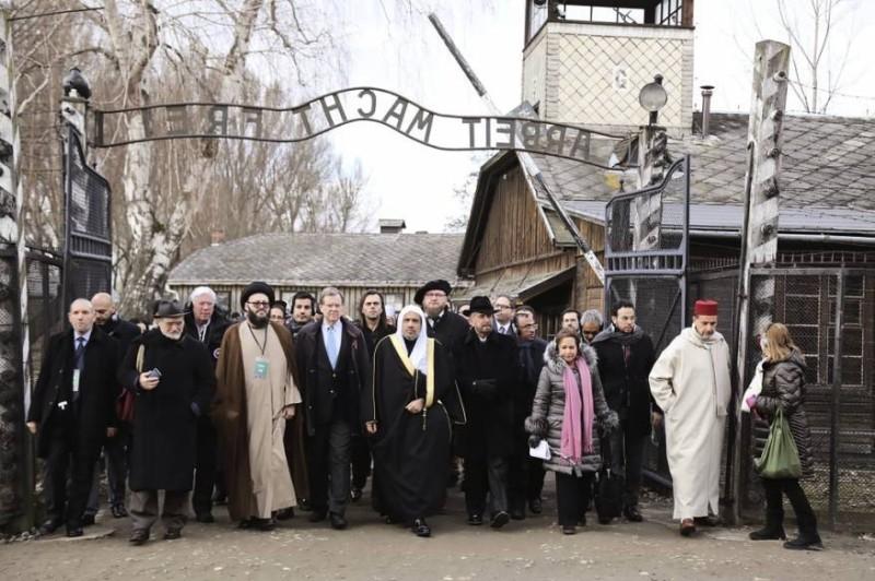 الحسيني خلال زيارته بولندا وبجواره الدكتور محمد العيسى الأمين العام لرابطة العالم الإسلامي