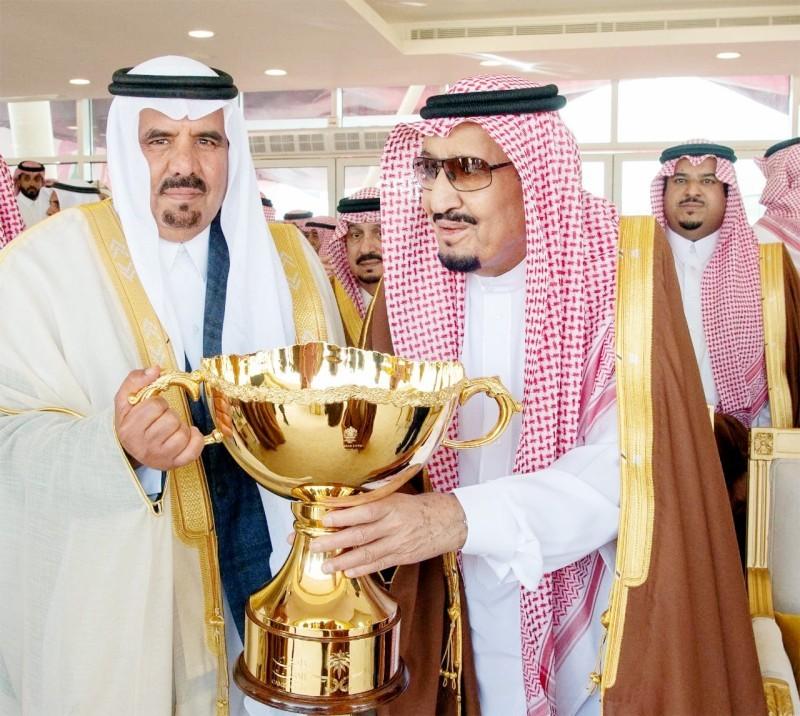 الملك سلمان بن عبدالعزيز خلال تتويجه أحد الفائزين في مهرجان العام الماضي.