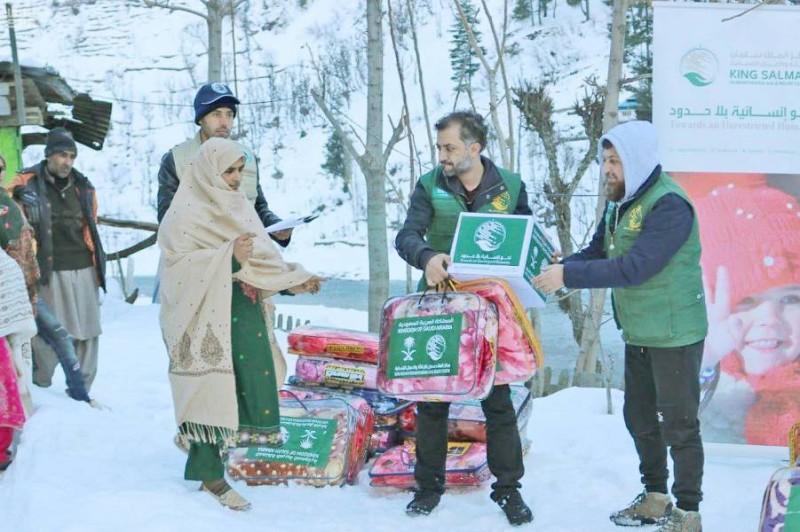 مركز الملك سلمان يوزع حقائب شتوية في كشمير.