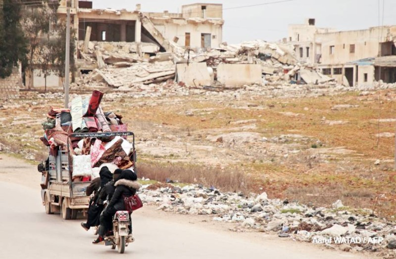 نازحون سوريون يفرون من القصف الروسي السوري على إدلب.