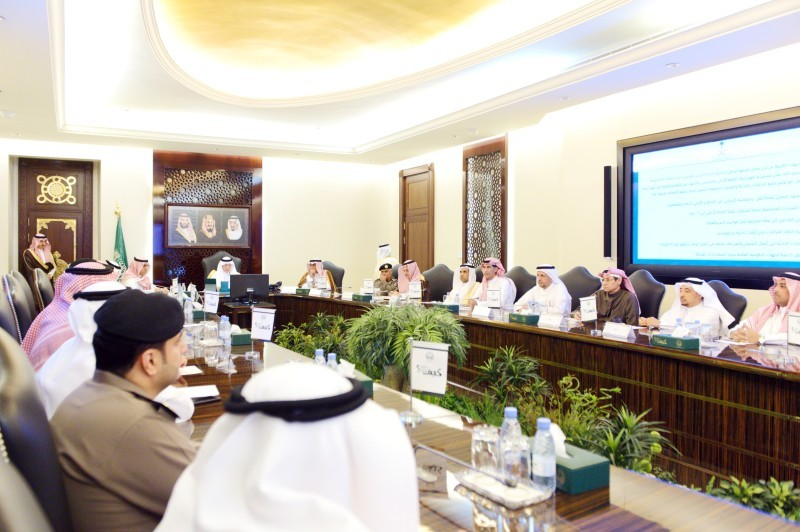 الأمير خالد الفيصل لدى ترؤسه الاجتماع أمس في مقر الإمارة. (عكاظ)