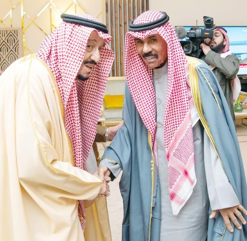 خادم الحرمين مصافحا ولي عهد الكويت. (واس)