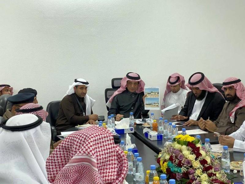 محافظ بيشة يجتمع مع رؤساء الدوائر الحكومية في صمخ