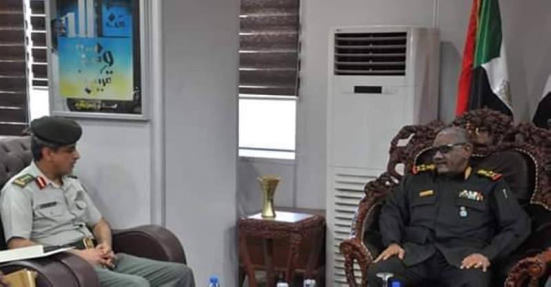 الملحق العسكري السعودي ملتقيا رئيس الأركان السوداني.