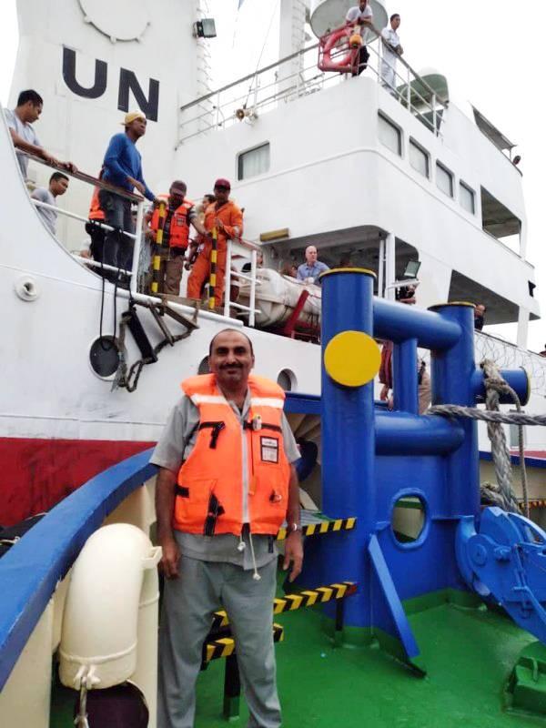 ضباط ارتباط الفريق الحكومي على متن سفينة الأمم المتحدة متوجهين إلى الحديدة للعمل في مركز العمليات المشتركة الأممية أمس. (إعلام الجيش)