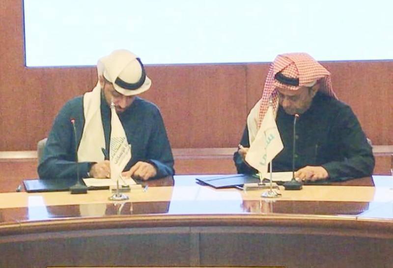 البنك الأهلي وسابك أثناء توقيع الاتفاقية.