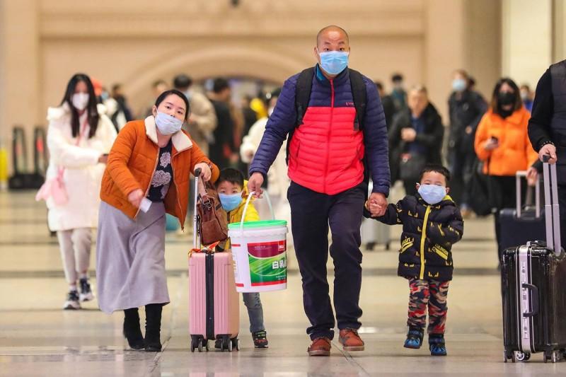 عائلة صينية في إحدى المطارات