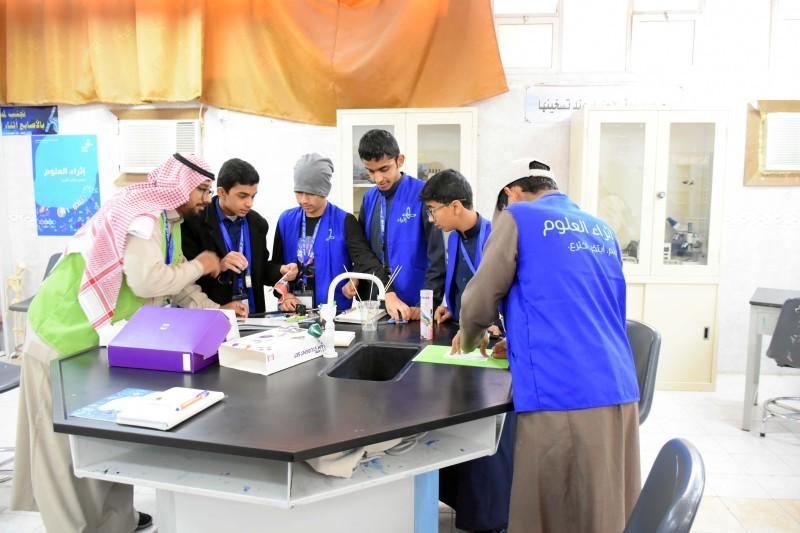 الطلاب أثناء أداء التجارب.