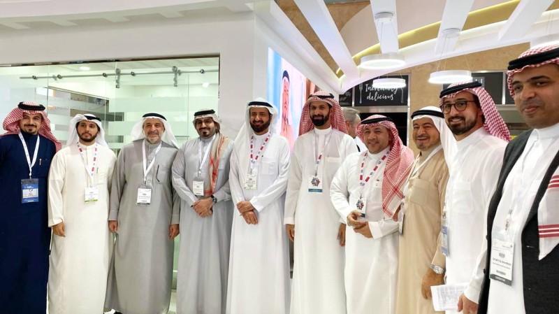 الربيعة خلال زيارته فرع السعودي الألماني بمؤتمر الصحة.