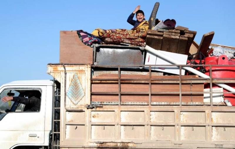 نازحون سوريون يفرون من المواجهات من أدلب .(وكالات)