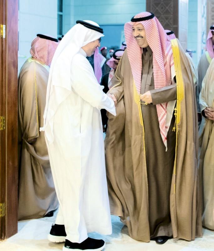 أمير الباحة مرحباً بمدير مكتب «عكاظ». (عكاظ)
