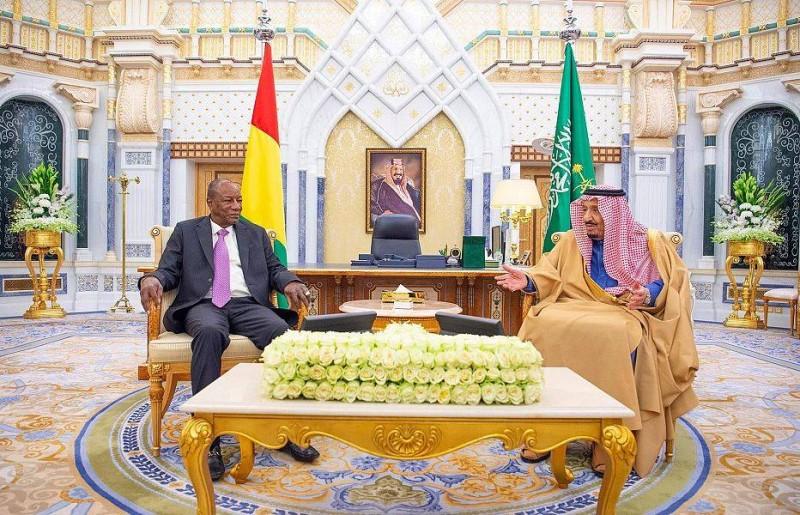 الملك سلمان ملتقيا رئيس غينيا كوناكري.