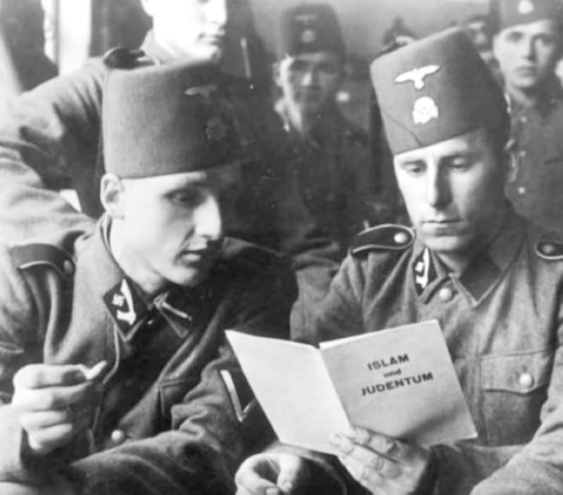 جنود نازيون يقرأون كتيبات للتعريف بالإسلام خلال الحرب العالمية الثانية.