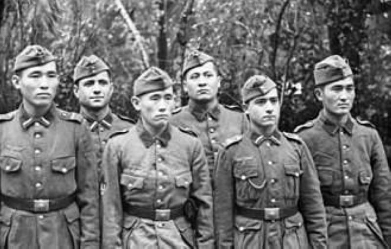 مقاتلون من الفيلق التركستاني النازي عام 1942.