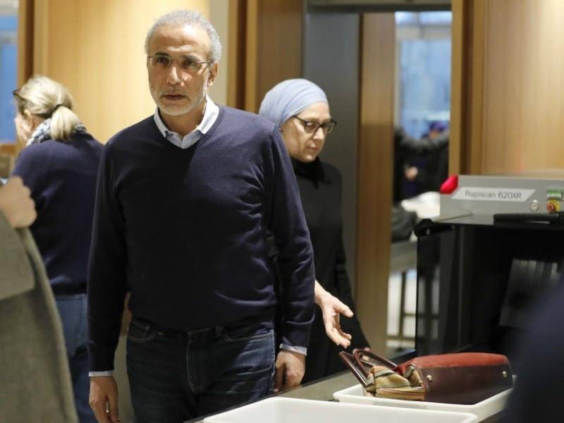 طارق رمضان برفقه زوجته إيمان خلال وصولهما إلى المحكمة أمس (وكالات)