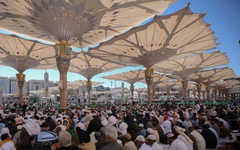 جموع المصلين في ساحات المسجد النبوي