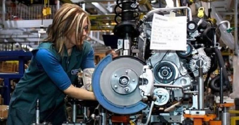 عاملة في أحد مصانع ألمانيا