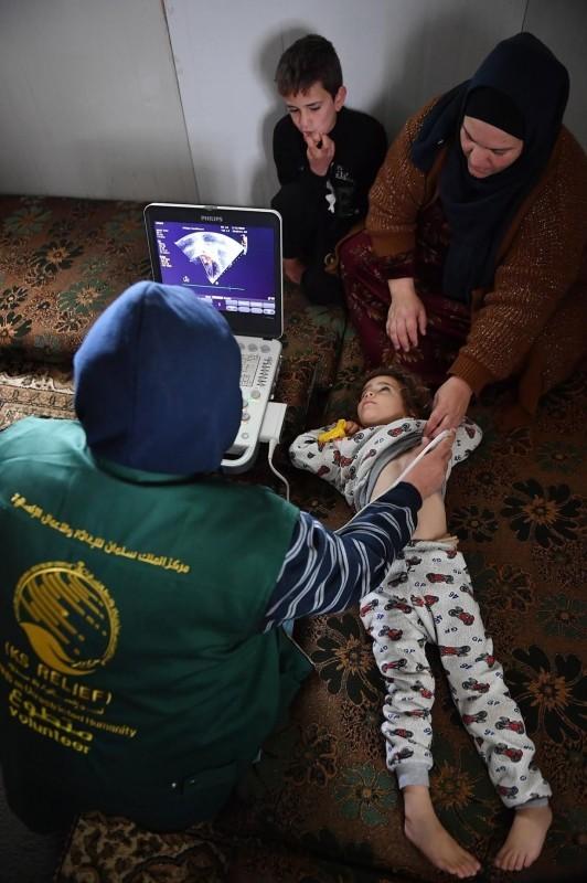 الفريق الطبي يكشف على حالة أحد الأطفال في مخيم الزعتري. (واس)
