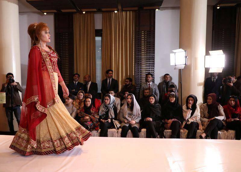 عارضة أفغانية خلال عرض للأزياء في كابول يوم أمس الجمعة (رويترز)