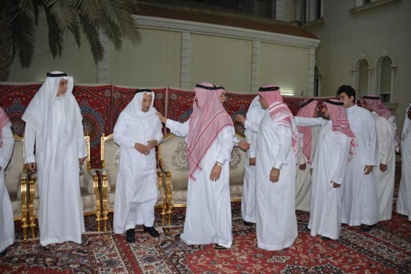 ذوو الفقيد خلال استقبالهم المواسين. (تصوير: عبدالسلام السلمي)