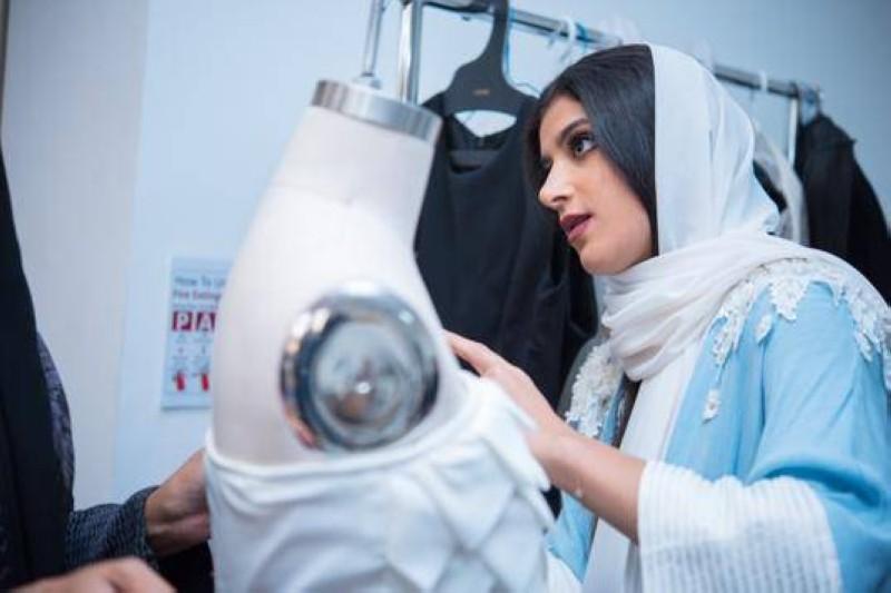 مصممة من جامعة دار الحكمة أثناء الوقوف على تجهيز كولكشن الأزياء