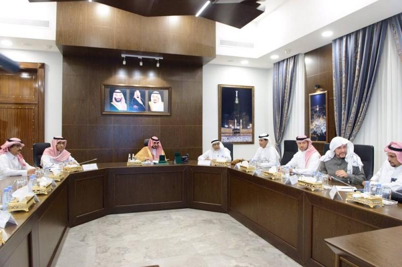 اجتماع بدر بن سلطان بمسؤولي الجهات المعنية لتسريع إطلاق التيار لمشروع «واحة مكة»