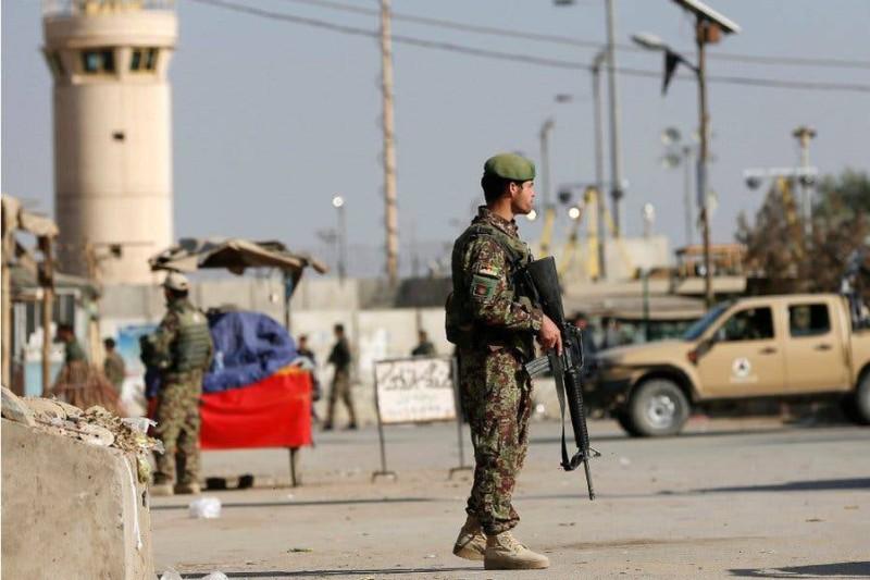 جندي أفغاني قرب قاعدة باغرام الأمريكية في أفغانستان.