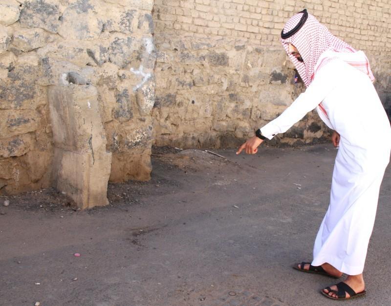 المحرر يشير إلى مكان سقوط أحد المصابين. تصوير: