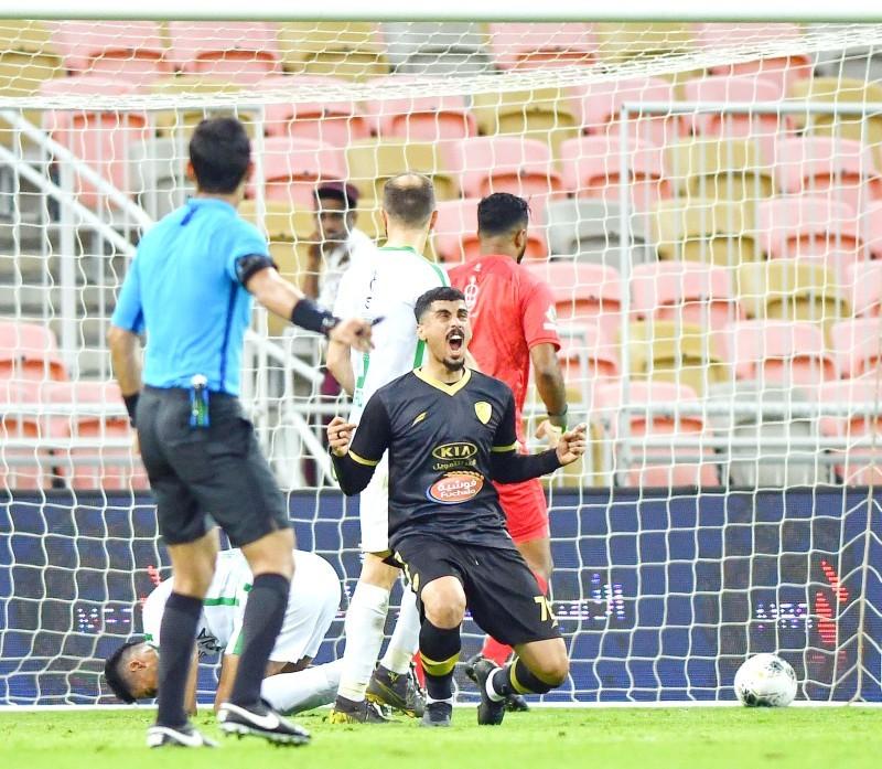 فرحة مدافع الفتح علي لاجامي بفوز فريقه على الأهلي في الدوري.
