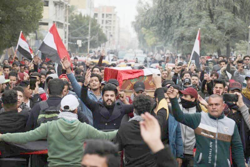 عراقيون يشيعون أحد قتلى الاحتجاجات أمس الأول. (وكالات)