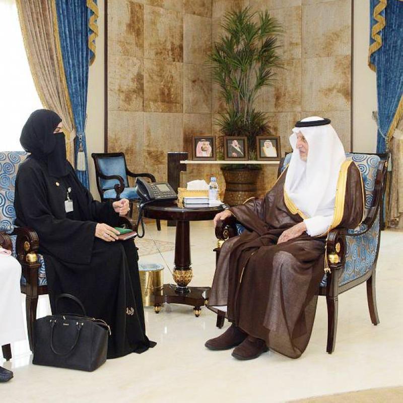 الأمير خالد الفيصل مستقبلا مشاعل العتيبي.