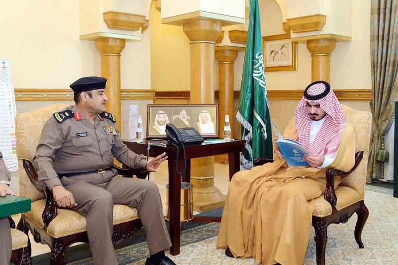 الأمير بدر بن سلطان مطلعا على التقرير.