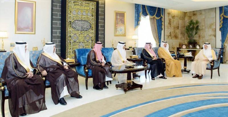 الأمير خالد الفيصل مستقبلاً محافظي المنطقة المكلفين.