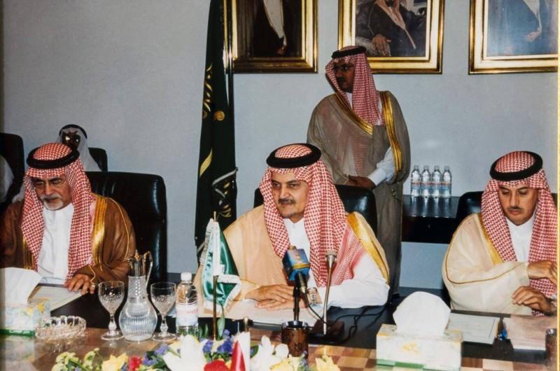 الأمير سعود الفيصل وإلى يمينه خوجة.