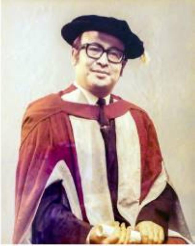 المؤلف لدى تخرجه من برمنجهام 1970.