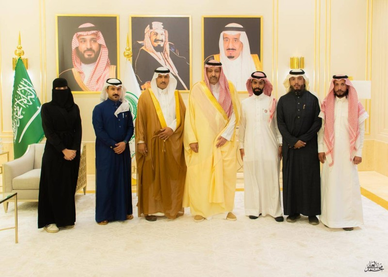 أمير الباحة مستقبلاً مدير وأعضاء جمعية الثقافة والفنون بالمنطقة
