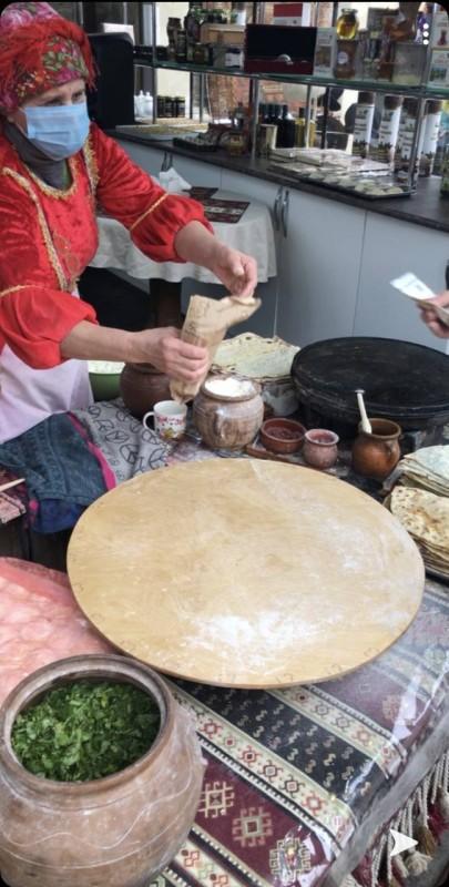 مسنة تعد الخبز وسط المدينة القديمة.