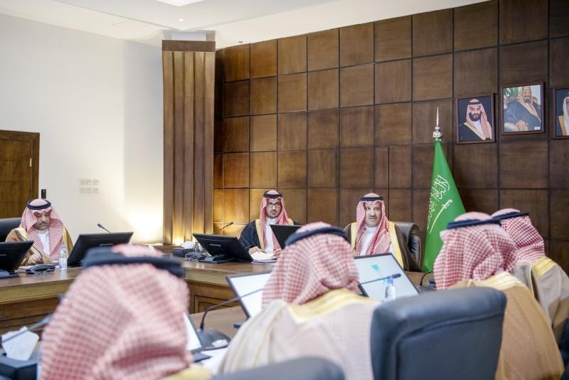 أمير المدينة لدى ترؤسه اجتماع المحافظين بالمنطقة. (عكاظ)