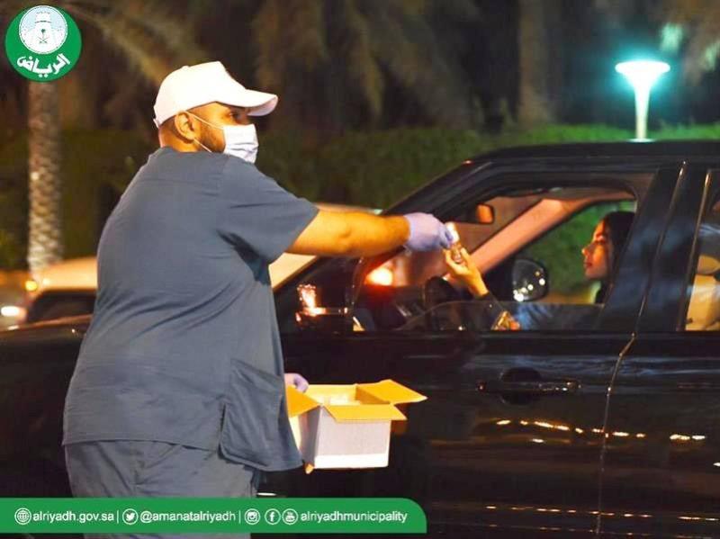 أمانة الرياض توزع معقمات أنتجتها في معاملها.