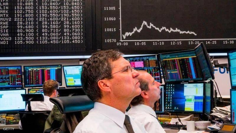 متداولان يتابعان مؤشرات الأسهم