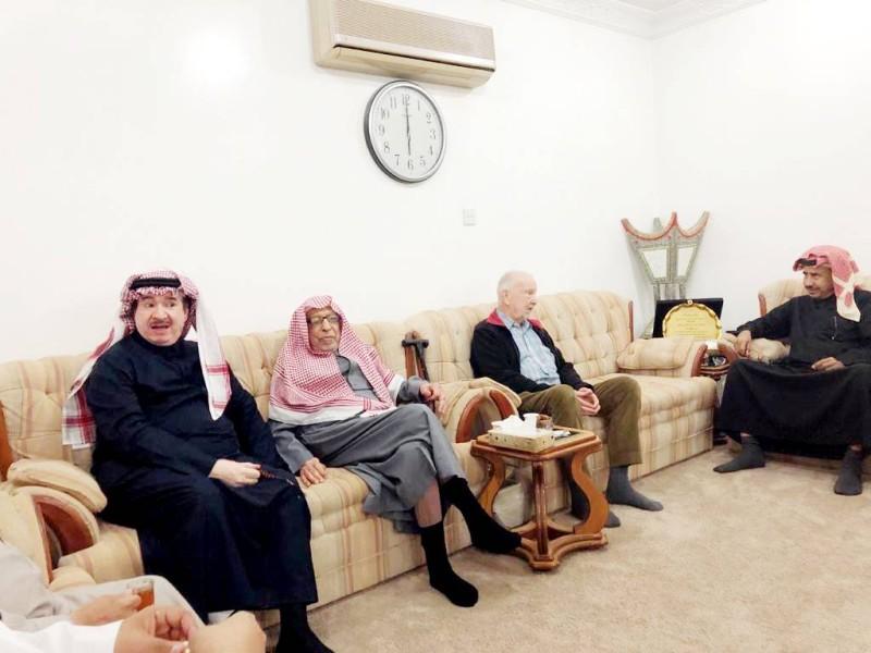 في مجلس الدكتور فريد الزامل على يمينه وعلى يساره محافظ عنيزة الأسبق  اللواء طيار عبدالله اليحي السليم، وهو أحد طلبته في الثانوية.