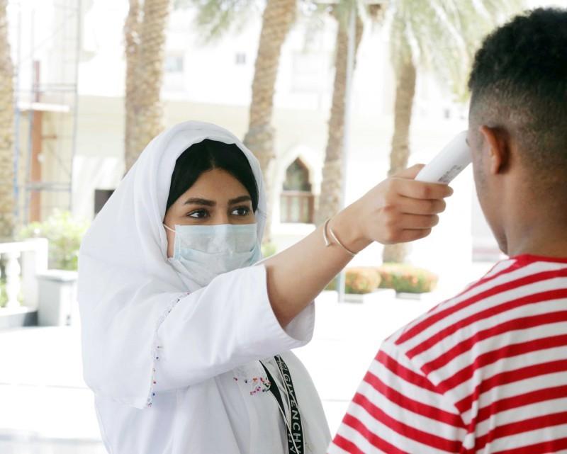 قياس درجة حرارة أحد رواد منشأة في جدة للتأكد من سلامته. (تصوير: عمرو سلام)